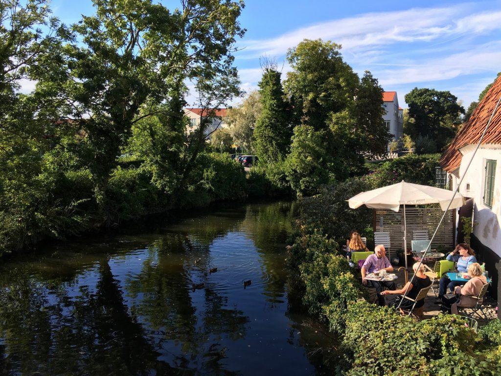 cafe-bord-riviere-koge-danemark